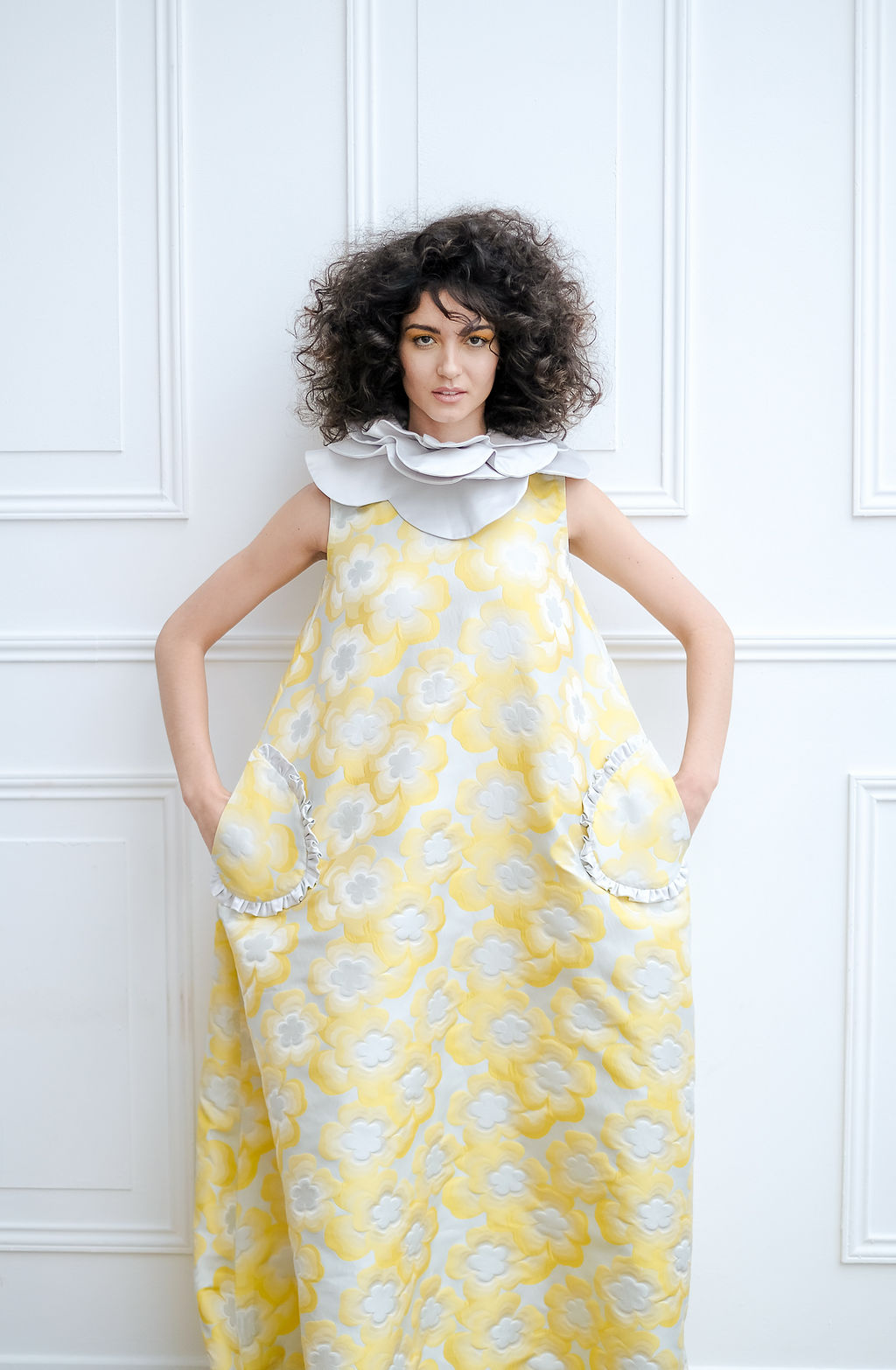 modele robe jaune a fleur coiffure afro